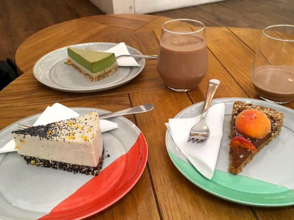 Raw vegan cakes at Naspolya Nassolda